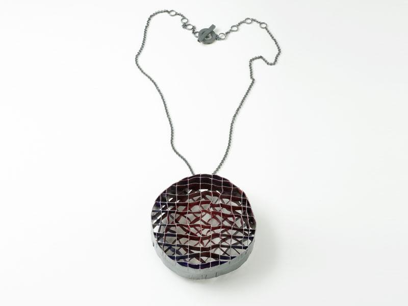 Daniel Kruger, Halsschmuck, 2011, Silber montiert, Pigment (10x10x2,5 cm); Foto: Udo W. Beier