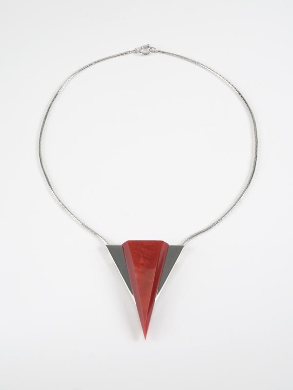 Halskette mit Anhänger aus Galalith, Design von Jakob Bengel, 1933