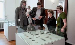 Stiftungsvorsitzender Wilhelm Lindemann, Bruno Zimmer (ehemaliger Oberbürgermeister Idar-Oberstein), Künstlerin Uta Feiler und Designerin Valeska Link (v. l.) bei einer Ausstellungseröffnung.